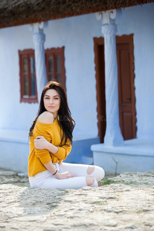 秀丽年轻美丽的深色的女孩时尚画象有长的黑色头发和嫉妒的 女性面孔秀丽画象与 库存照片