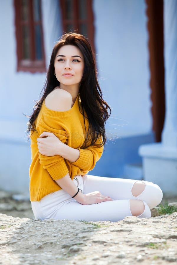 秀丽年轻美丽的深色的女孩时尚画象有长的黑色头发和嫉妒的 女性面孔秀丽画象与 库存图片