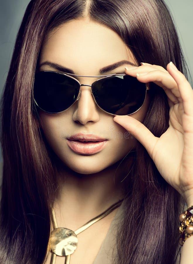 秀丽式样女孩佩带的太阳镜 库存图片