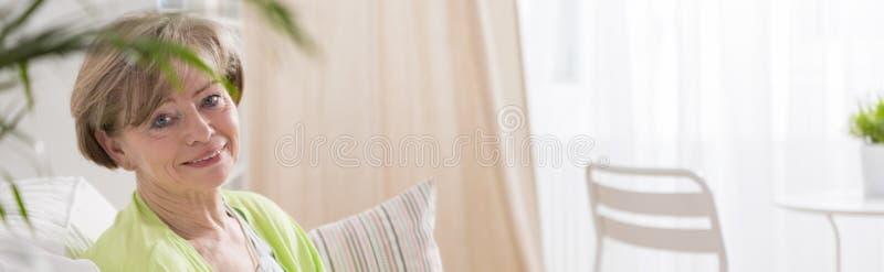 秀丽成熟妇女微笑 免版税库存照片