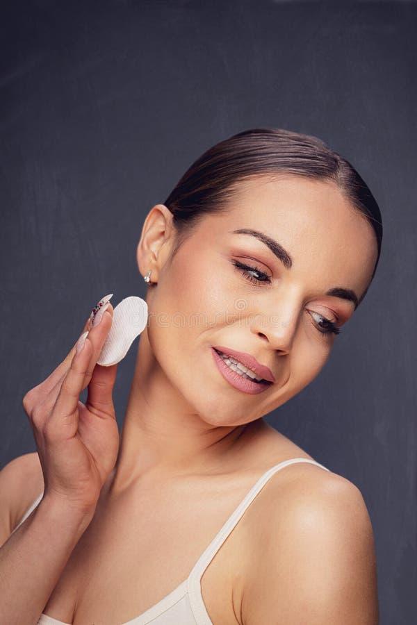 秀丽护肤 取消面孔构成的妇女使用化装棉 库存图片
