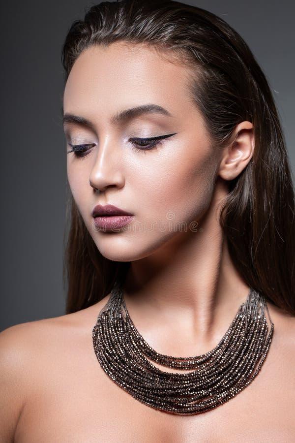 秀丽摆在演播室的一年轻美女的时尚画象 明亮的平衡的构成特写镜头面孔 库存照片