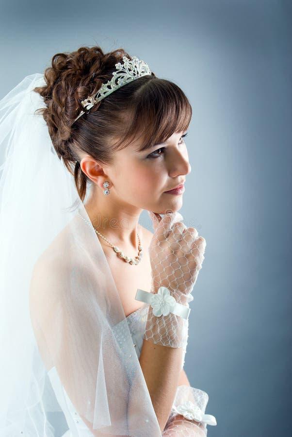 秀丽新娘礼服穿戴的婚姻的年轻人 免版税库存照片
