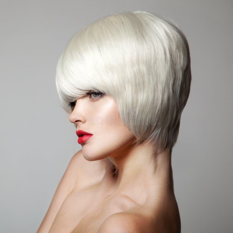 秀丽方式女孩节假日性感构成的纵向 白色短发 理发 库存图片
