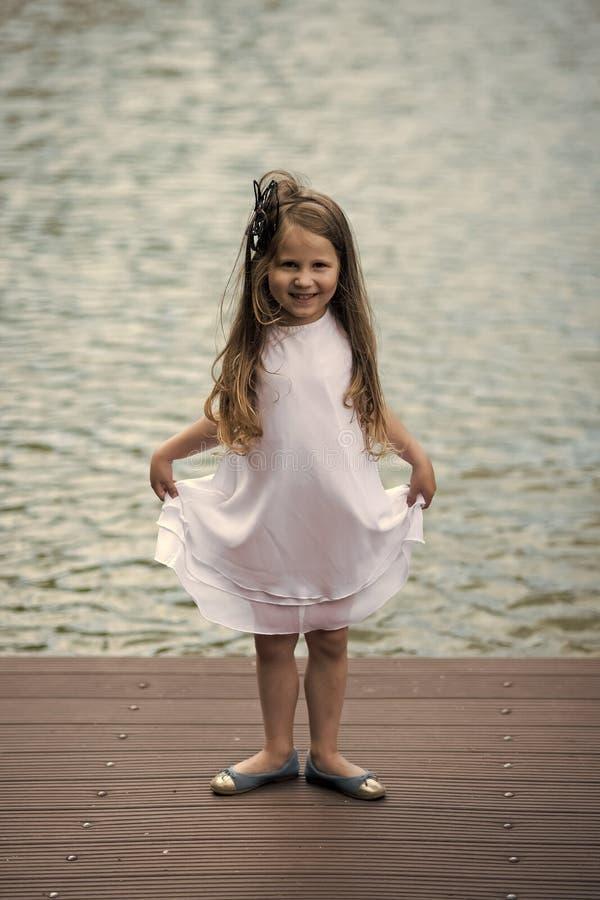 秀丽方式纵向 愉快的女孩,在夏天礼服姿势的跳芭蕾舞者 库存图片