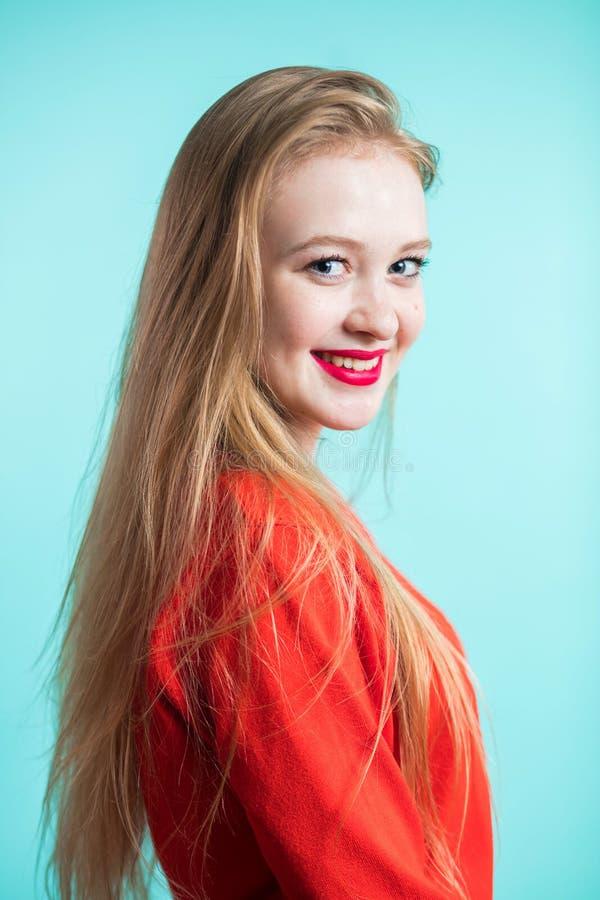 秀丽方式纵向 背景蓝色微笑的妇女年轻人 免版税库存照片