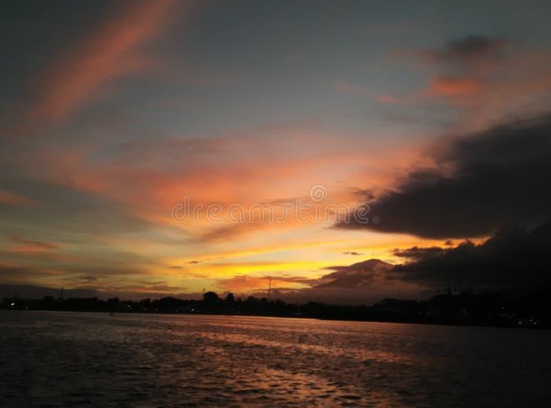 秀丽日落在苏拉威西岛-印度尼西亚 库存图片