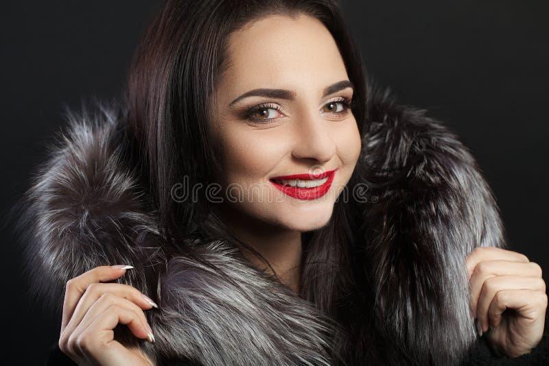 秀丽时尚与完善的微笑的妇女面孔 美丽的性感的女孩面孔特写镜头与明亮的构成的 微笑的年轻女性模型W 免版税库存照片