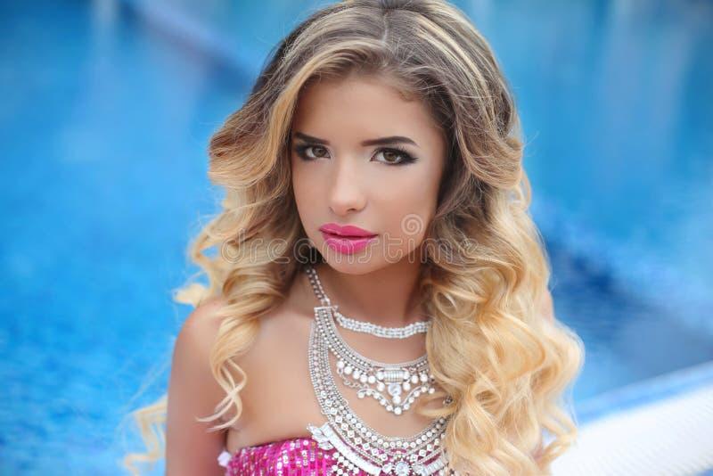 秀丽时尚女孩模型画象 有构成的, lon白肤金发的妇女 免版税库存图片