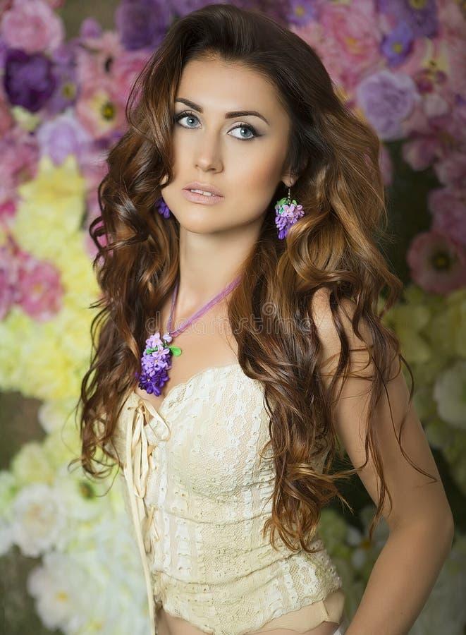 秀丽时尚妇女有花背景 夏天和春天 图库摄影