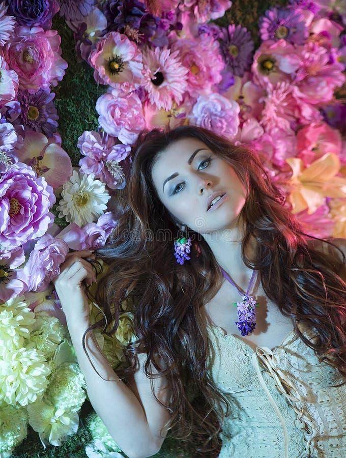 秀丽时尚妇女有花背景 夏天和春天 免版税库存图片