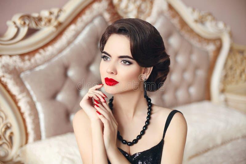 秀丽时尚妇女模型浅黑肤色的男人,典雅的夫人画象 mani 免版税库存照片