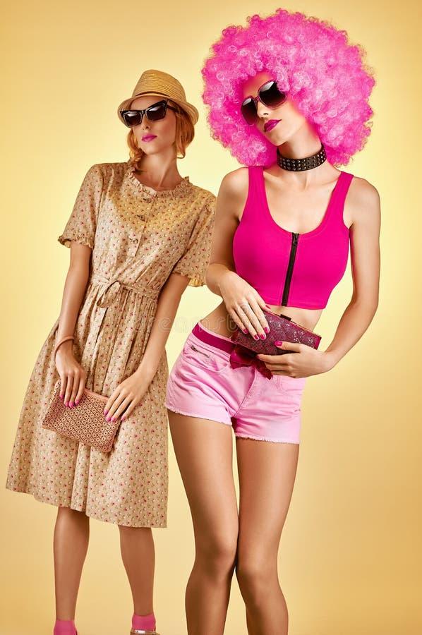 秀丽时尚行家妇女,时髦的姐妹,朋友,非洲 免版税库存照片