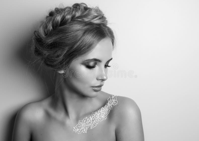 秀丽时装模特儿妇女,画象,与辫子的发型 Mehndi,在肩膀的白色无刺指甲花纹身花刺 库存照片