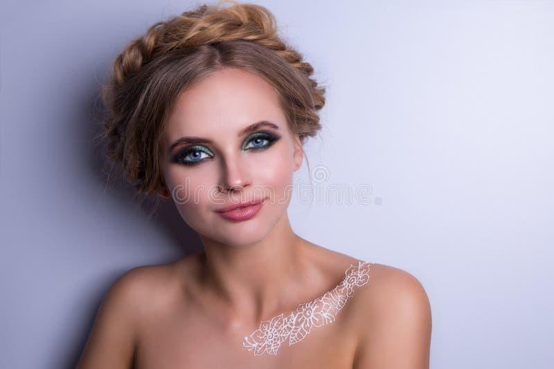 秀丽时装模特儿妇女,画象,与辫子的发型 Mehndi,在肩膀的白色无刺指甲花纹身花刺 免版税库存图片
