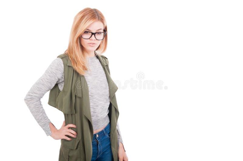 秀丽时髦白肤金发女性摆在流行的服装 免版税库存照片