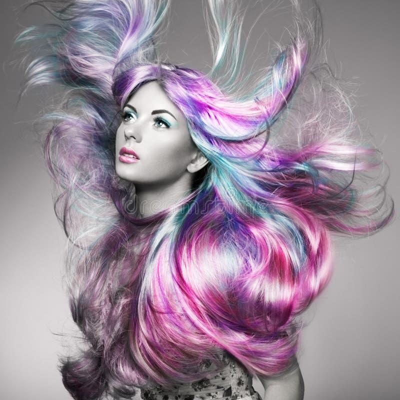 秀丽有五颜六色的被染的头发的时装模特儿女孩 免版税图库摄影