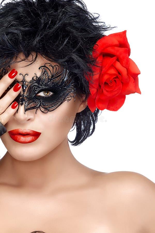 秀丽有典雅的面具的时尚妇女 嘴唇修剪红色 库存照片