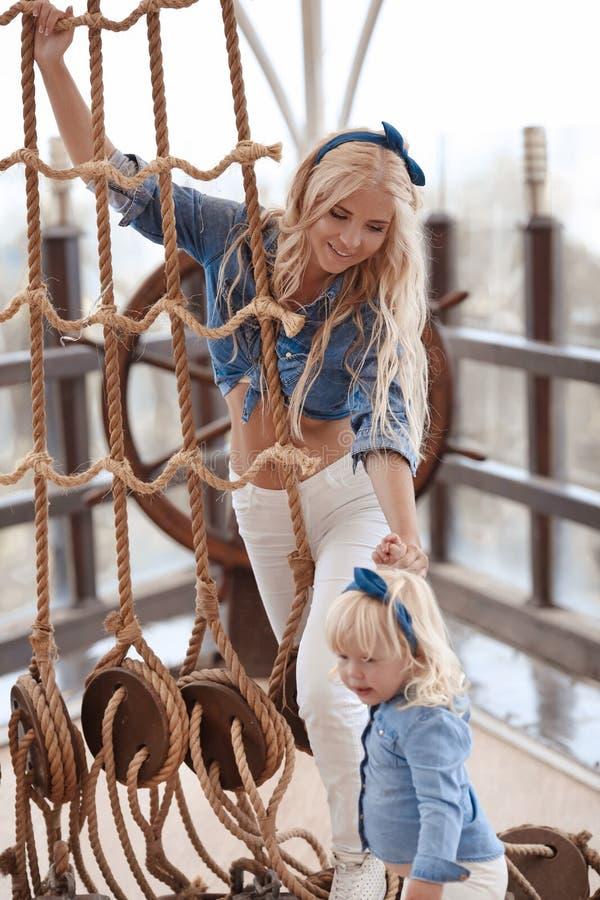 秀丽有女儿家庭神色的时尚母亲 美丽白肤金发 免版税库存照片