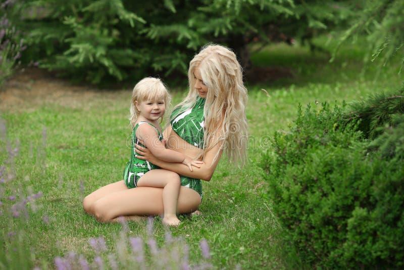 秀丽有女儿家庭神色的时尚母亲 美丽白肤金发 免版税图库摄影