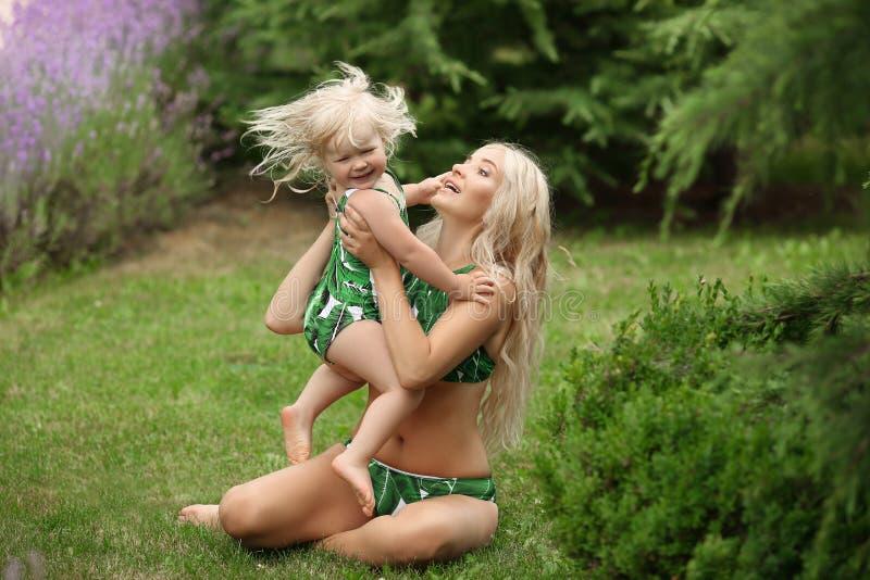 秀丽有女儿家庭神色的时尚母亲 美丽白肤金发 库存照片