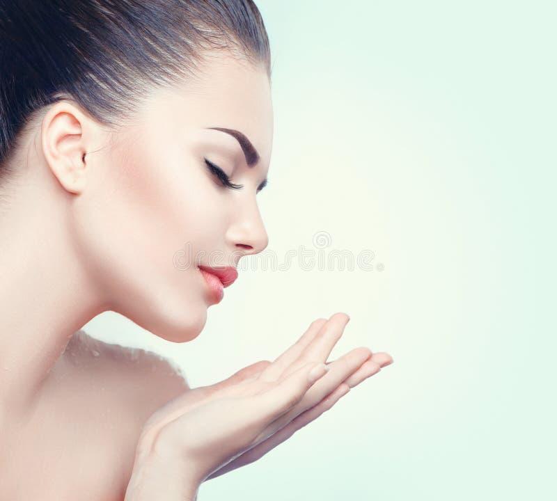 秀丽有完善的皮肤的温泉妇女 免版税库存照片