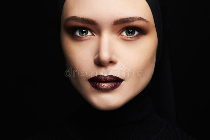 秀丽构成 美丽的妇女面孔喜欢面具 在黑色的女性面具孤立 图库摄影