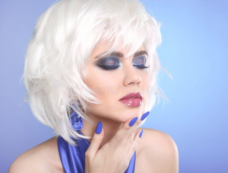 秀丽构成画象妇女 白发 短的发型 蓝色 免版税库存照片