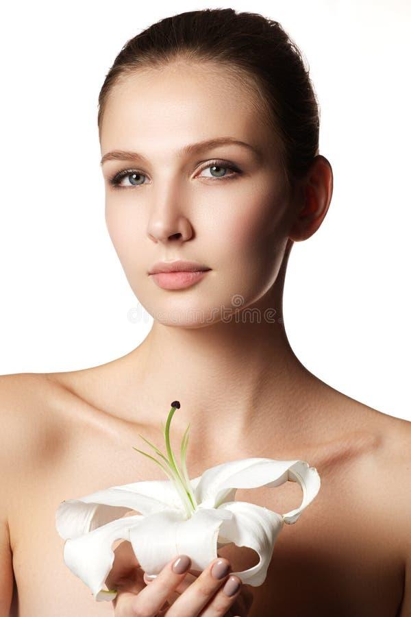 秀丽查出的纵向白色 接触她的面孔的美丽的温泉妇女 理想 库存照片