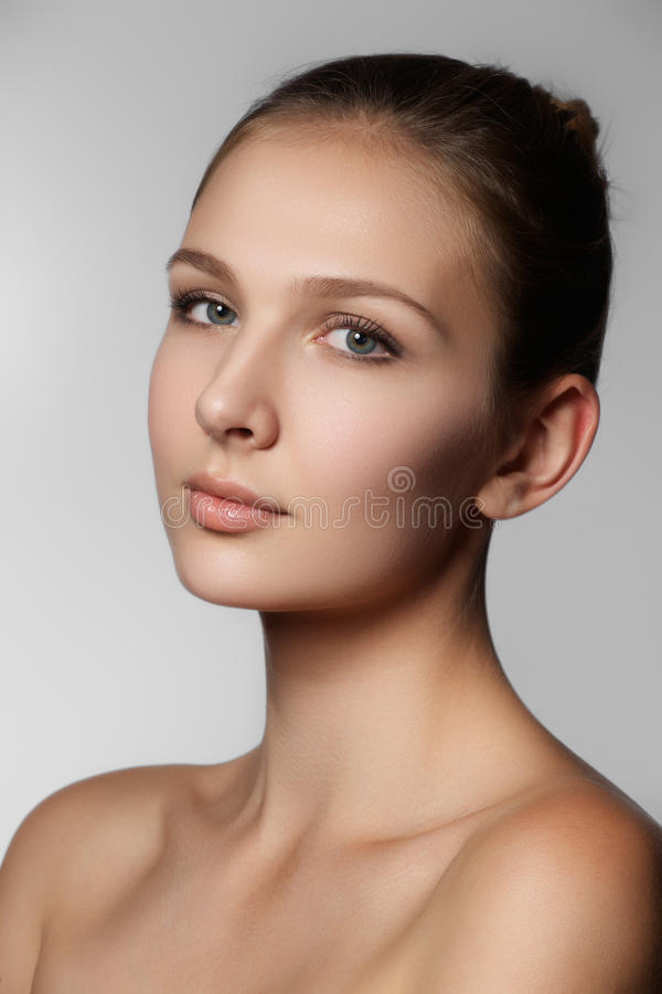 秀丽查出的纵向白色 美丽的温泉妇女表面 完善的新鲜的皮肤 P 免版税库存照片