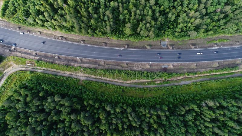 秀丽森林与路的自然风景空中射击  免版税库存照片