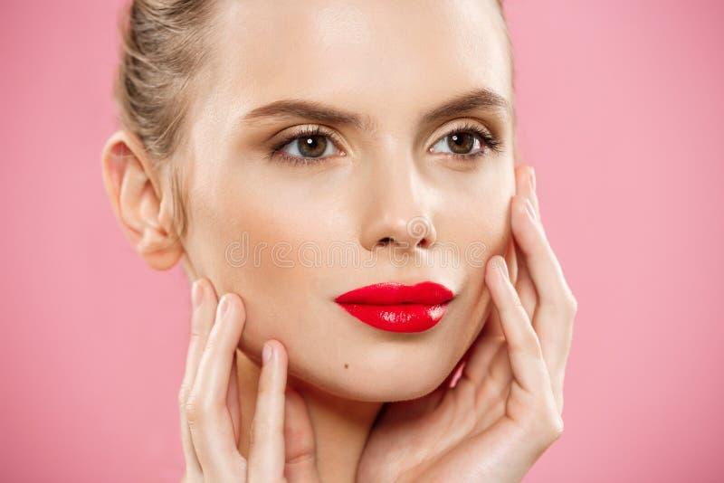 秀丽概念-接近的华美的年轻深色的妇女面孔画象 有明亮的眼眉的秀丽式样女孩,完善 免版税库存图片