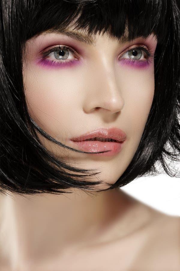 秀丽模型hairstyled和桃红色眼影构成特写镜头 免版税图库摄影