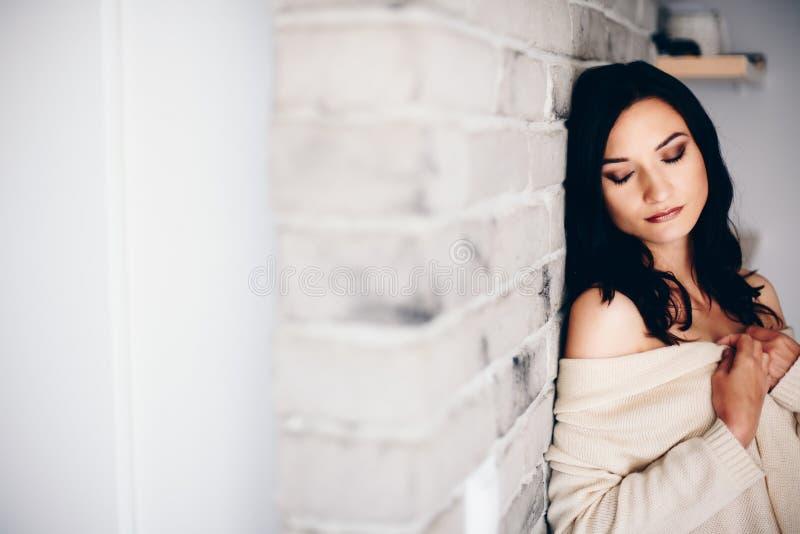 秀丽浪漫深色的妇女 免版税图库摄影