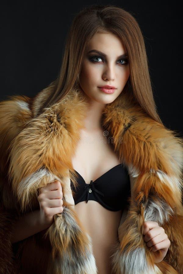 秀丽狐狸皮大衣的时装模特儿女孩 免版税库存图片