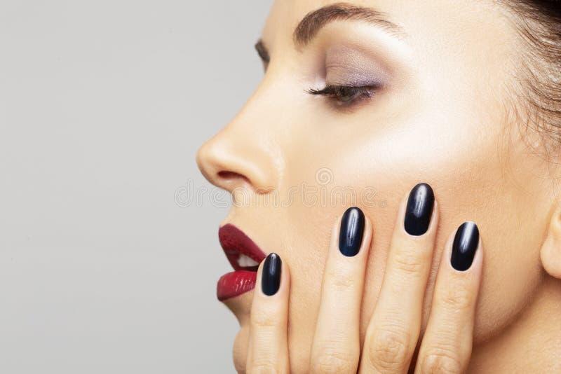 秀丽画象妇女特写镜头完善的构成 美丽的温泉式样女孩新鲜的干净的皮肤和黑指甲油皮肤护理概念 免版税库存照片