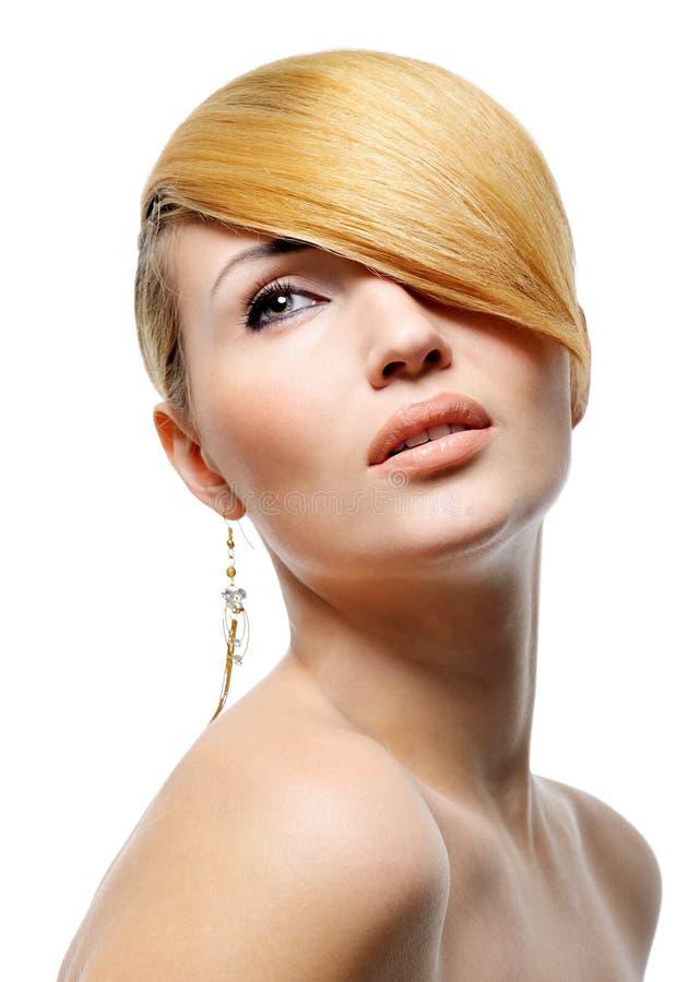 秀丽白肤金发的发型样式 免版税图库摄影