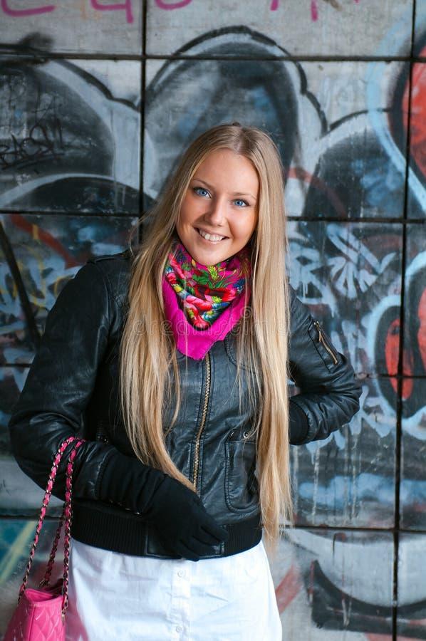 秀丽白肤金发的妇女年轻人 免版税库存照片