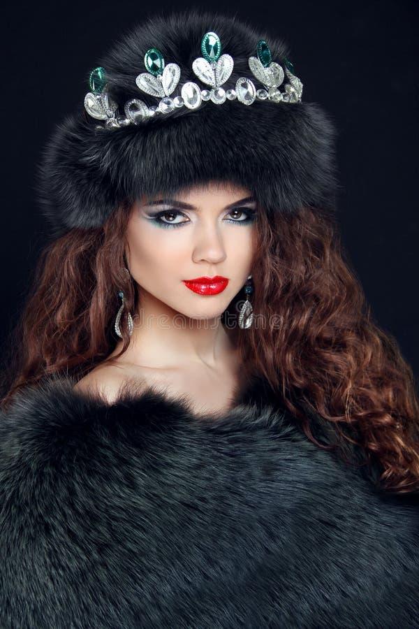 秀丽皮大衣的时装模特儿女孩 金刚石首饰 Beautifu 免版税库存图片
