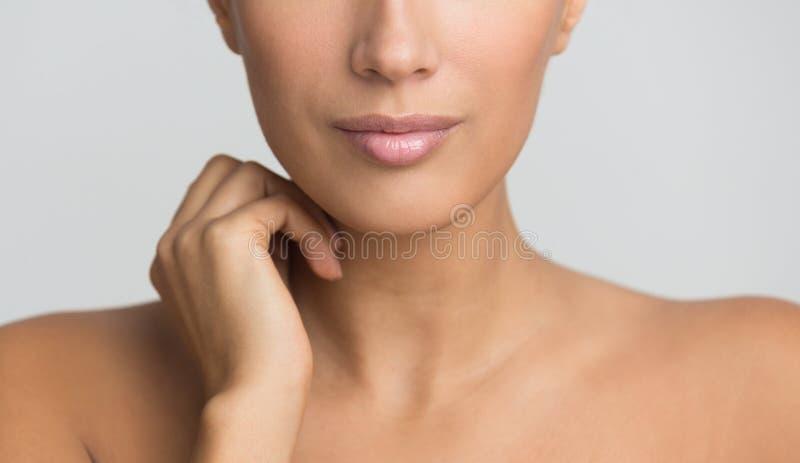 秀丽皮肤护理 有赤裸肩膀的妇女 库存图片