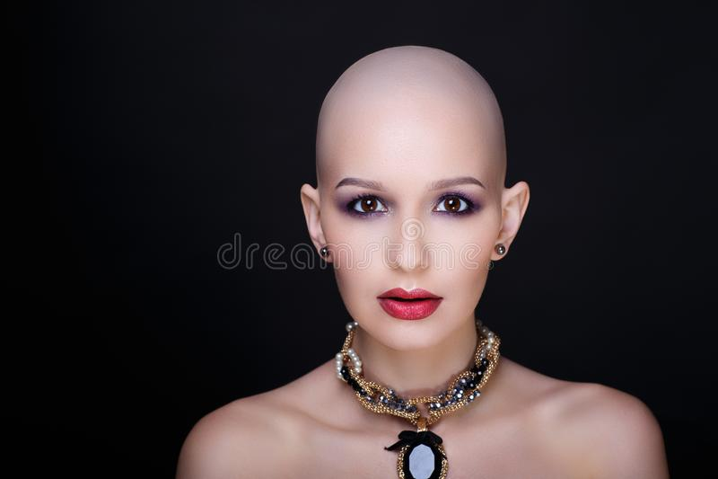 秀丽秃头妇女 免版税库存图片