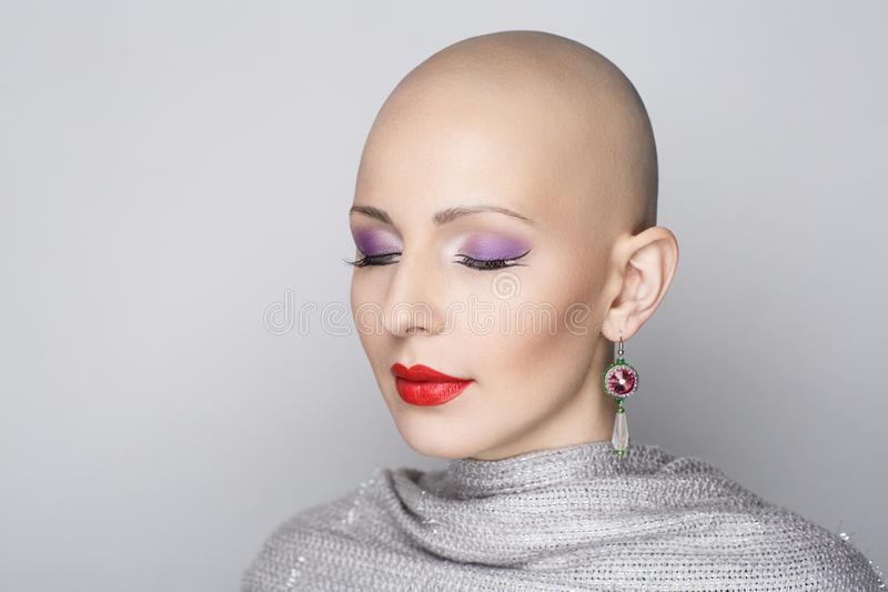 秀丽秃头妇女 免版税库存照片