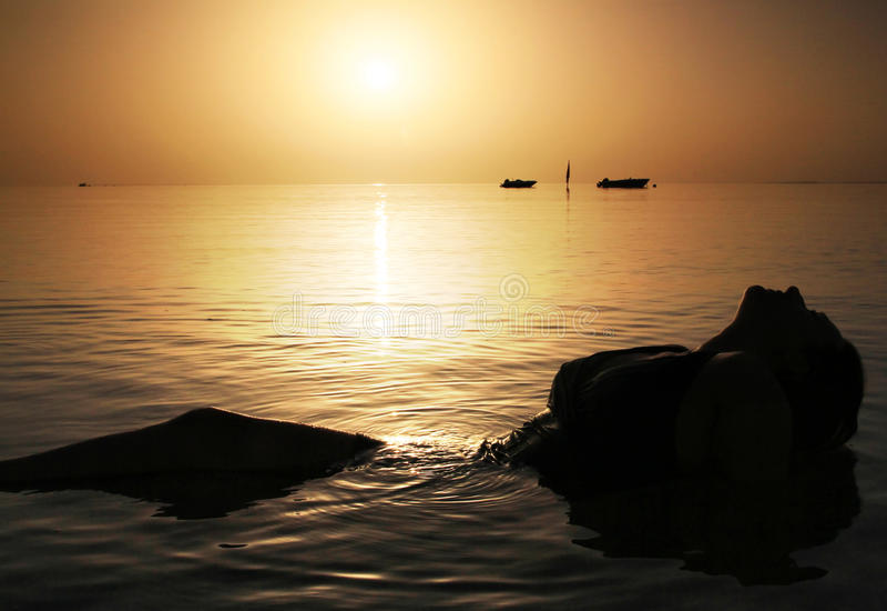 秀丽红海日出 库存图片