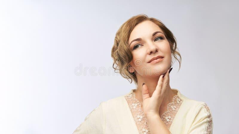 秀丽纵向妇女年轻人 俏丽的女性神色 工作室概念 免版税库存照片