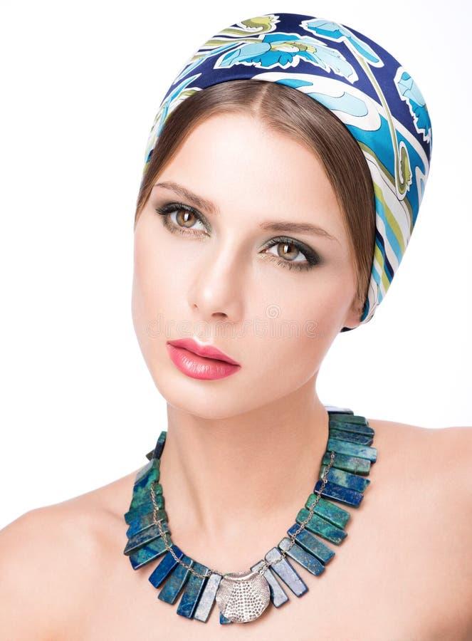 秀丽美丽的少妇特写镜头画象头巾的 在她的脖子的项链 免版税库存图片