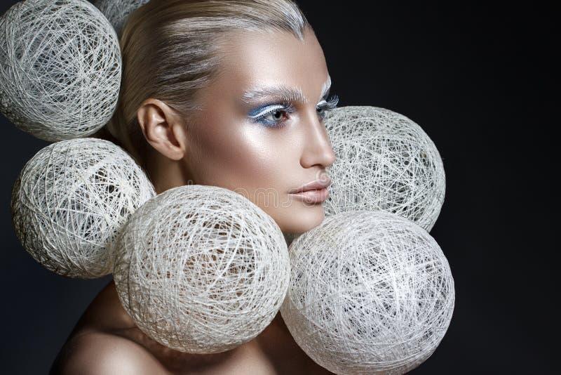 秀丽美女时尚画象有创造性的构成的在您的面孔 免版税库存照片