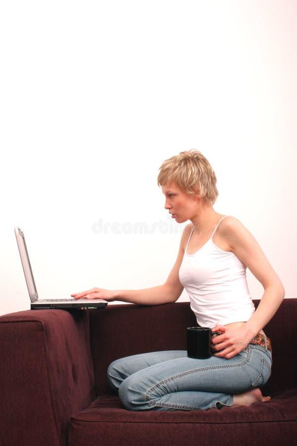 秀丽膝上型计算机妇女 库存照片
