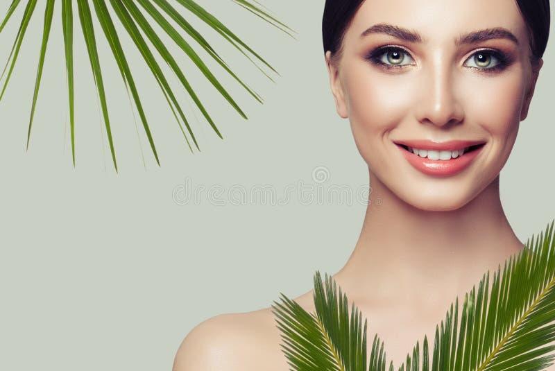秀丽自然纵向 有绿色叶子的美丽的温泉妇女 免版税库存照片