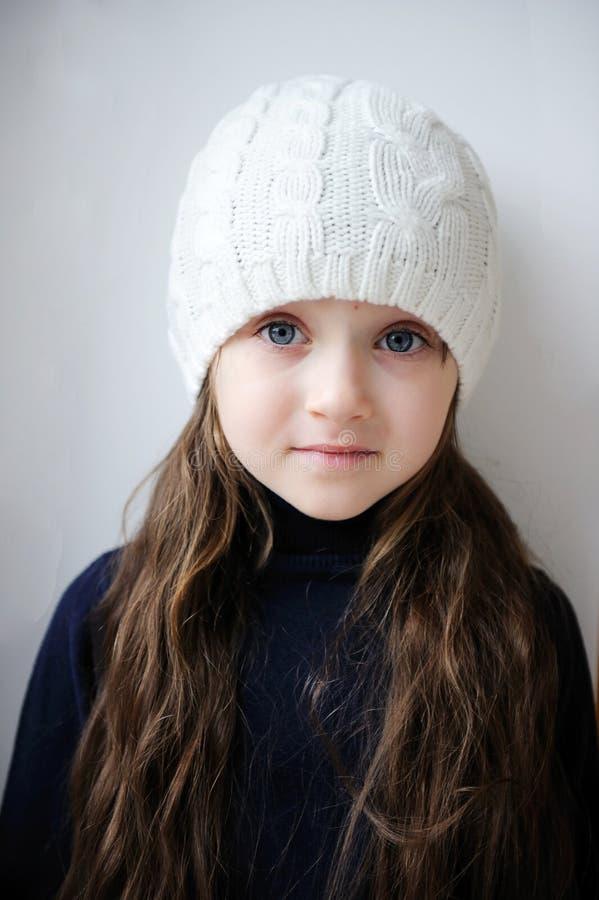 秀丽蓝眼睛女孩帽子小的白色 库存图片