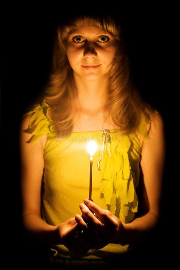 秀丽蜡烛女孩年轻人 免版税库存照片